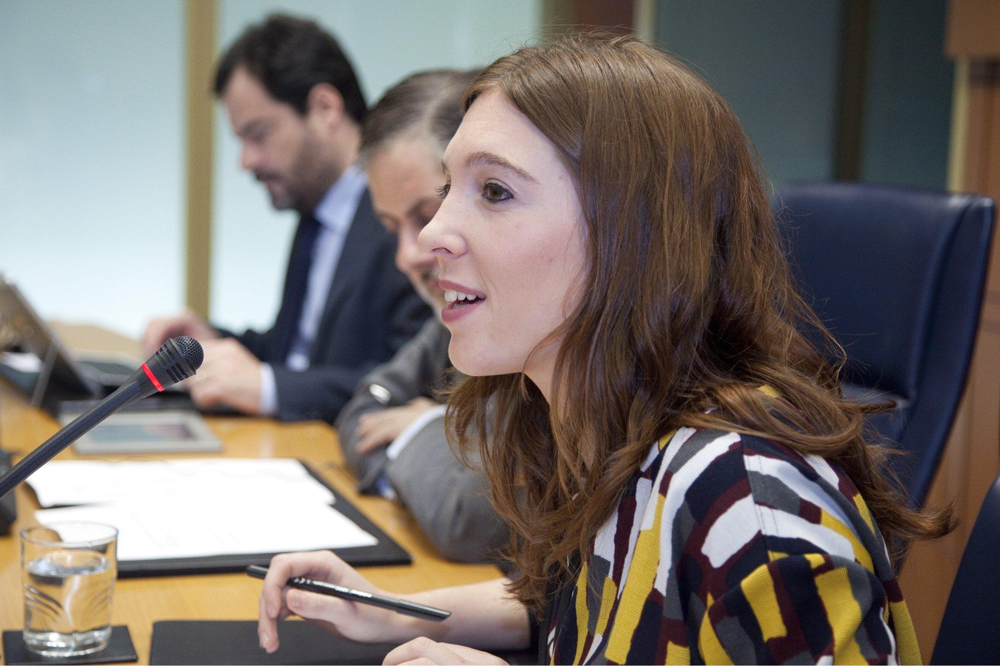 Eusko Legebiltzarrean Maialen Olabek, EGK-ko presidenteak, egindako agerraldiaren argazkia