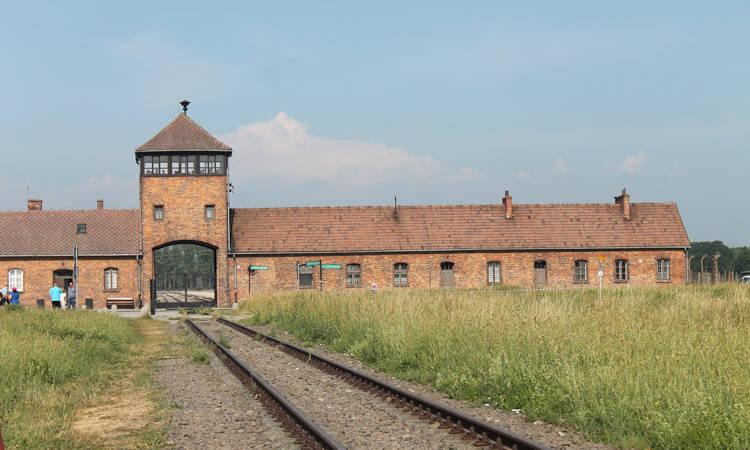 Auschwitz bisitatzeko aukera Batxilerreko 1. mailako ikasle-taldeentzat. Opción de visitar Auschwitz para grupos de 1º de Bachiller - Euskadiko Gazteriaren kontseilua (EGK)